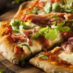 Pizza auf einem Pizzastein - © Brent-Hofacker - Fotolia