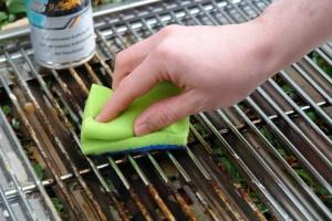 Grillrost reinigen mit einem Schwamm
